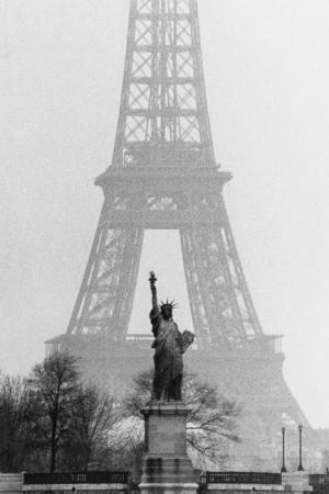 La statue de la Liberté et la tour Eiffel, Paris, 1964