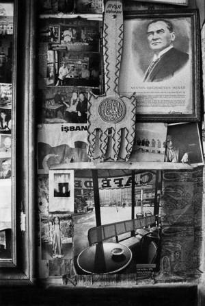 Dans le café de Dédé, en face de la mosquée d'Eyüp, un portrait d'Atatürk voisine avec un poster de Jeanloup Sieff montrant le café de Flore à Paris, Istanbul, 1998