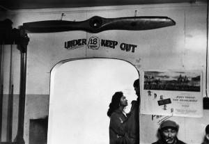 Dans le café Ferguson à Kotzebue, Alaska, 1958