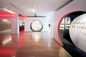 """Vue intérieure de l'exposition """"Histoires du quotidien en Chine de 1957 à 2011"""", Quais Hennessy, Cognac, 2011© Luca Nicolao"""