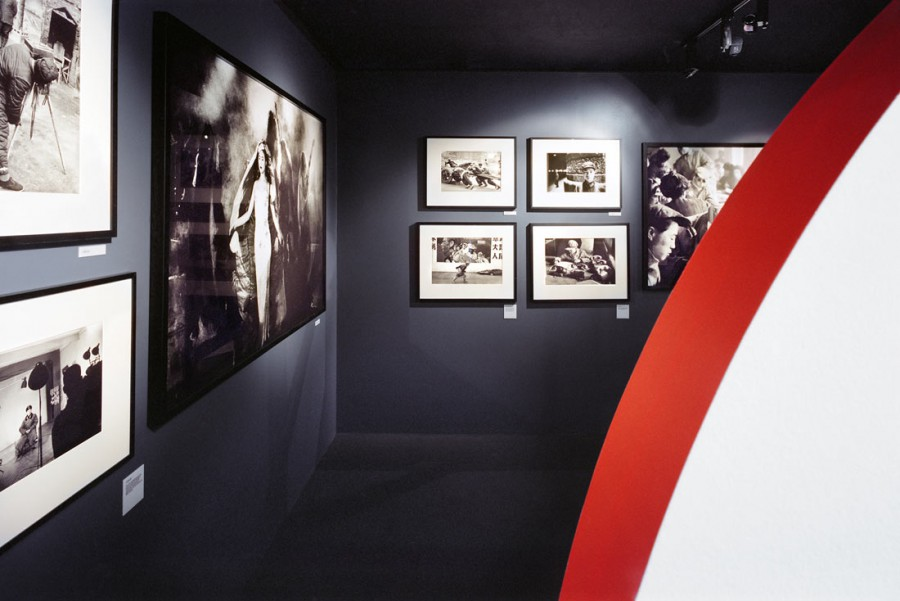 "View of the exhibition ""Histoires du quotidien en Chine de 1957 à 2011"", Quais Hennessy, Cognac, 2011© Luca Nicolao"
