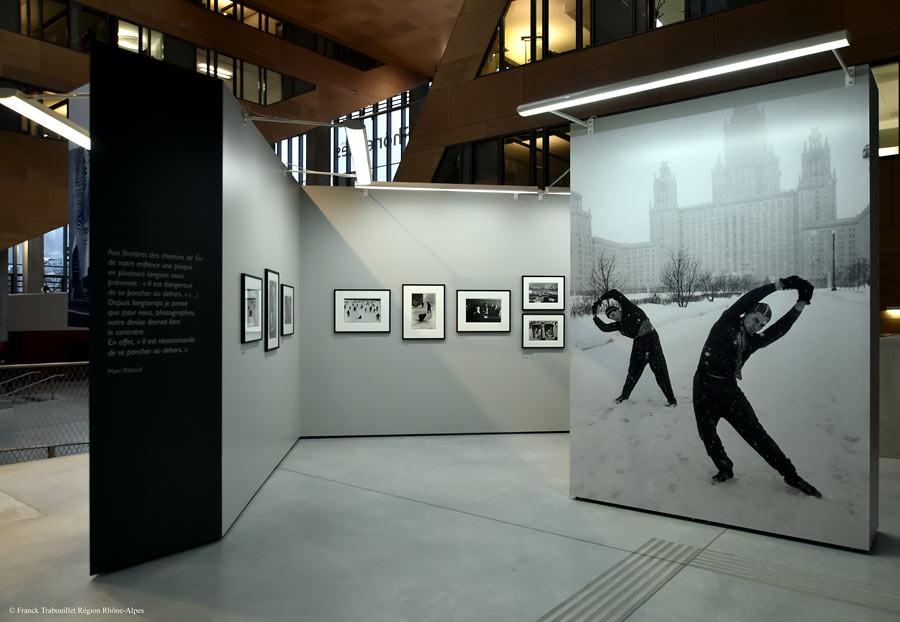 """Vue de l'exposition """"Marc Riboud, Premiers déclics"""", Le Plateau, espace d'exposition de la région Rhône-Alpes, 2014-2015 © Franck Trabouillet Région Rhône-Alpes"""