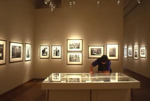 """Vue intérieure de l'exposition """"Marc Riboud, 50 ans de photographie"""" à la Maison européenne de la Photographie, Paris, 2004 © Gaston Bergeret"""